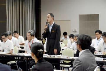 県教委の「働き方改革検討委員会」の初会合であいさつする古閑陽一教育長=熊本市中央区