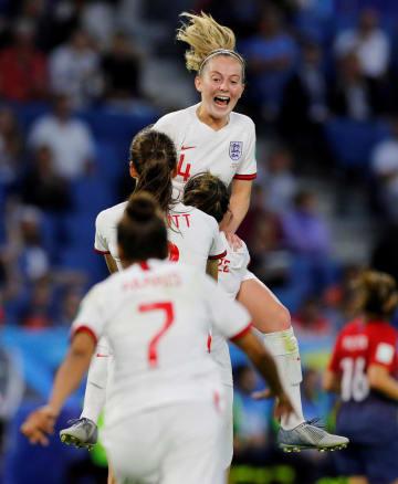3点目を決め、喜ぶイングランド代表