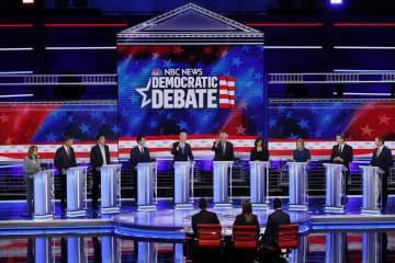 米大統領選に向けた民主党の討論会に並ぶ候補者ら=27日、フロリダ州マイアミ(ロイター=共同)
