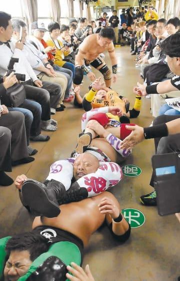 列車内で熱戦が繰り広げられた昨年の「ローカル線プロレス」