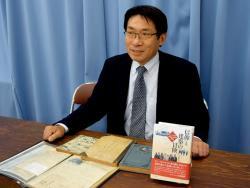 祖父が残した資料を基に、ヴォーリズとその「共鳴者」の軌跡をまとめた吉田さん(大津市・県庁)