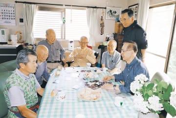 手作りのシフォンケーキを囲み談笑する台所サロンのメンバー=25日、仙台市太白区山田本町