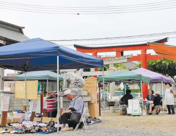 神社境内で最後の営業日を迎えた古川八百屋市