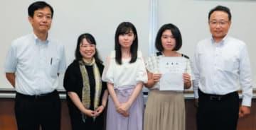 サイバー防犯ボランティアに委嘱された大分高専の学生代表(右から2人目と3人目)ら