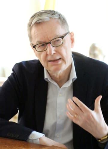取材に応じるノーベル文学賞選考委員会のオルソン委員長=ストックホルム(共同)