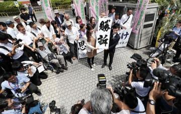 ハンセン病家族訴訟で熊本地裁が国に賠償を命じ、掲げられた勝訴の垂れ幕=6月28日午後2時4分、熊本地裁前