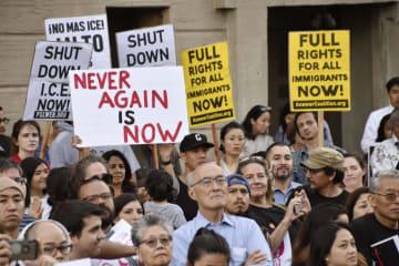 トランプ政権の不法移民対策に抗議する人たち=27日、米ロサンゼルス(共同)