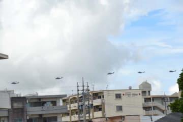 住宅地上空を5機編成で飛行する米軍ヘリ=27日午前11時10分ごろ、中城村南上原