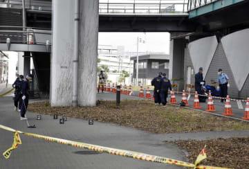 玉のようなものが置かれたG20大阪サミット主会場近くを調べる大阪府警の警察官=28日午後4時48分、大阪市住之江区
