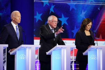米大統領選に向けた民主党の候補者討論会で並ぶ(左から)バイデン前副大統領、サンダース上院議員、ハリス上院議員=27日、米フロリダ州マイアミ(ゲッティ=共同)