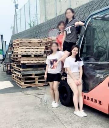 豊島繊維の敷地内で5月下旬に撮ったとみられるファン・ティ・マイさん(手前右)らの写真(フェイスブックより。写真は一部加工)