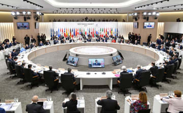 G20大阪サミットの初日の討議を行う各国首脳ら=28日午後、大阪市(代表撮影)