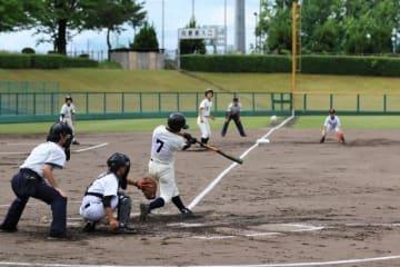 1回戦の英田―北陵で熱戦を繰り広げる選手たち=津山スポーツセンター野球場