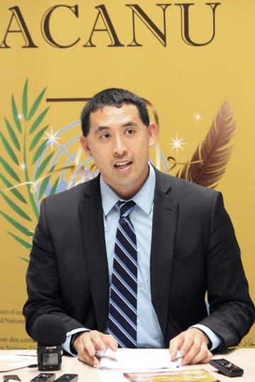 28日、ジュネーブの国連欧州本部で記者会見するロバート梶原さん(共同)