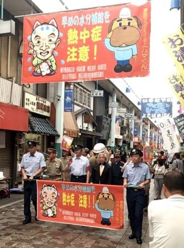 横浜橋通商店街にお目見えした熱中症予防を訴える横断幕=横浜市南区