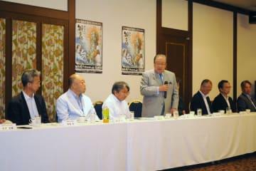 発起人会であいさつする、観音崎プロジェクトの会共同代表の藤木・横浜港運協会長(左から4人目)=横須賀市内のホテル