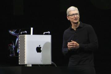 新型マックプロを披露する米アップルのティム・クックCEO=3日、米サンノゼ(共同)