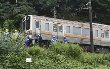 流入した土砂で脱線したJR上越線の電車=29日午前8時21分、群馬県渋川市
