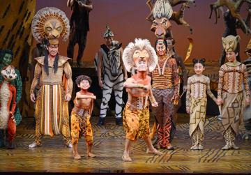 主人公シンバの子ども時代・ヤングシンバを演じる原悠晴君(中央左)とシンバ=福岡市のキャナルシティ劇場((C)Disney)