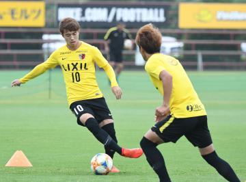 日本代表活動から戻り、チーム練習に合流した安部=クラブハウスグラウンド