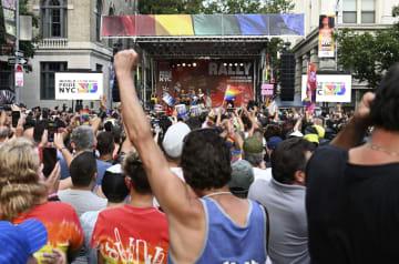 28日、性的少数者と警官隊の衝突から50年を記念して開かれた集会=ニューヨーク(共同)
