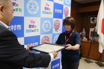 感謝状を受け取る杉野さん(右)=大村市役所