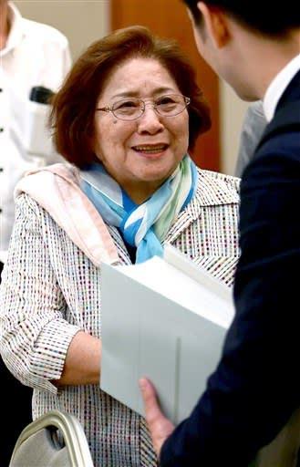 記者会見後、笑顔で弁護士と話す原告の奥晴海さん=28日午後5時30分ごろ、熊本市中央区(小野宏明)