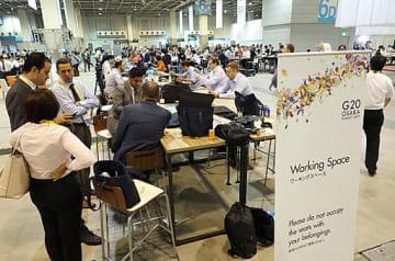 各国の記者が集まり、「人種のるつぼ」となった国際メディアセンター=28日、大阪市住之江区のインテックス大阪