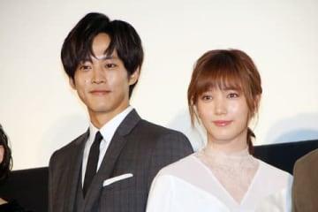 映画「新聞記者」の公開記念舞台あいさつに登場した松坂桃李さん(左)と本田翼さん