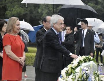 平和記念公園の原爆慰霊碑に献花するチリのピニェラ大統領=29日、広島市