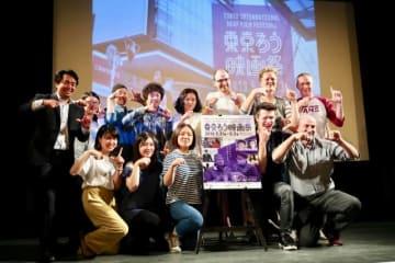 クロージングセレモニー出席者全員で、東京国際ろう映画祭の手話サインで記念写真。