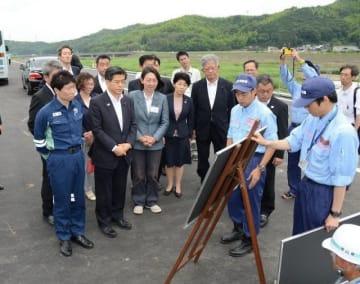 小田川の決壊現場を視察する石井国交相(前列左から2人目)