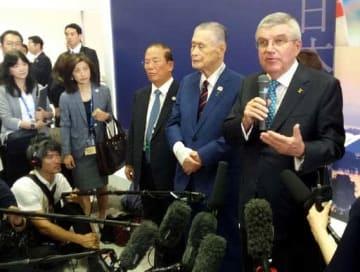「広島での五輪聖火リレーに参加する」と述べたバッハ会長(右端)