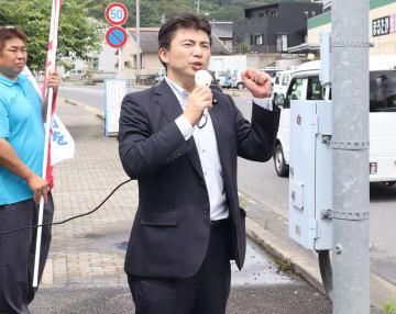 公示を前に街頭でマイクを握る古賀氏=長崎市内