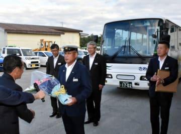 藤原由巳議長から花束を受け取る三上幸雄さん(手前中央)