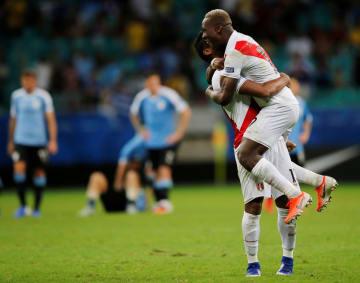 サッカーの南米選手権、準々決勝でPK戦の末にウルグアイを破り、喜ぶペルーの選手たち=29日、サルバドル(ロイター=共同)