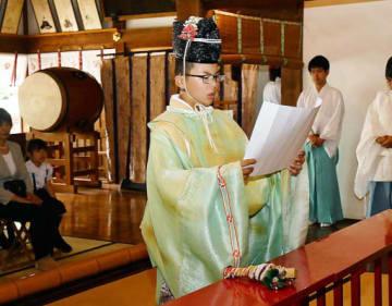 「初烏帽子之儀」で願文を奏上する川崎君=29日、大阪市北区の大阪天満宮