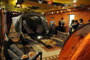 最大16人が泊まれる「アイリスイン城陽」のテント部屋(城陽市寺田・市総合運動公園)