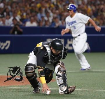 11回中日2死一、三塁、打者高橋のとき、ドリスの暴投を捕手梅野が捕球できず、三走平田(奥)にサヨナラの生還を許す=ナゴヤドーム