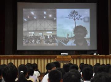 陸前高田市からライブ映像で授業を行う常盤教諭(スクリーンの右側)
