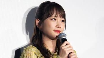 劇場版アニメ「きみと、波にのれたら」の公開初日舞台あいさつに登場した川栄李奈さん