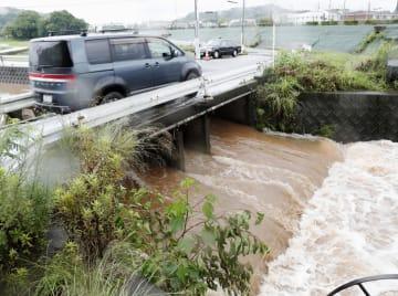 大雨で増水した熊本県宇土市の潤川=30日午後3時10分