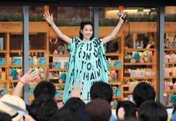 ファンからの声援に応えるのんさん=神戸市中央区雲井通7(撮影・鈴木雅之)