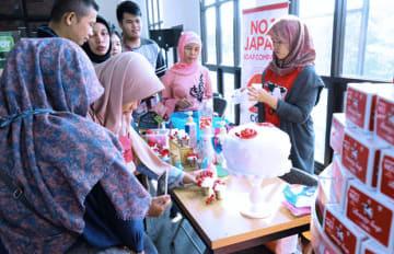 牛乳石鹸は、石けんの泡の弾力性を生かしたケーキの飾り付けを楽しむ展示を行った=6月29日、ジャカルタ(NNA撮影)