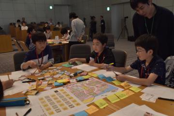 グループごとにICTを使った新しい道具を考える子どもたち=つくば市竹園