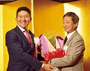 大塚裕司名誉会長(右)に花束を贈呈する林宗治新会長