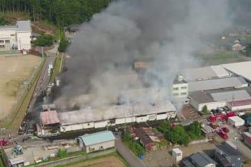 4遺体が見つかり、従業員4人が負傷した豊島繊維の工場火災=6月20日、福井県永平寺町松岡石舟(日本空撮・小型無人機ドローンで撮影)