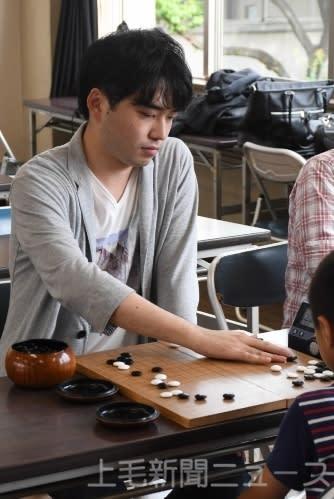 本年度の県内囲碁アマチュア大会で3冠を達成した小沢さん