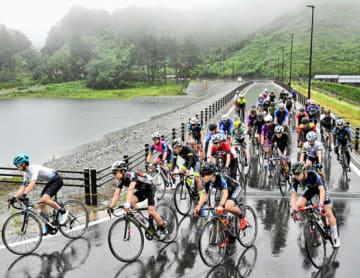 雨の中、藤沼湖の周回コースを疾走する参加者