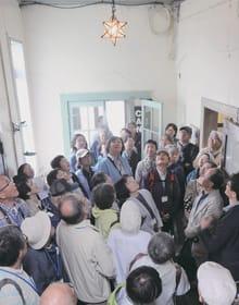 旧三菱合資会社室蘭出張所の内部を見学する参加者=29日午前